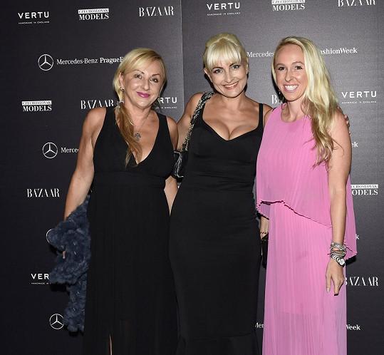 Spisovatelka se na akci setkala se svými přítelkyněmi Janou a Nicole Büerger.