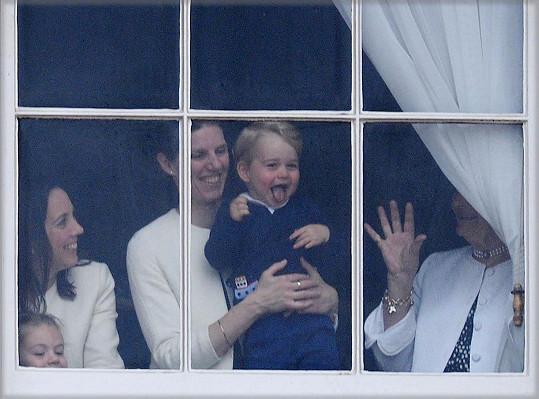 Princ George vše nejdřív sledoval za okny paláce.