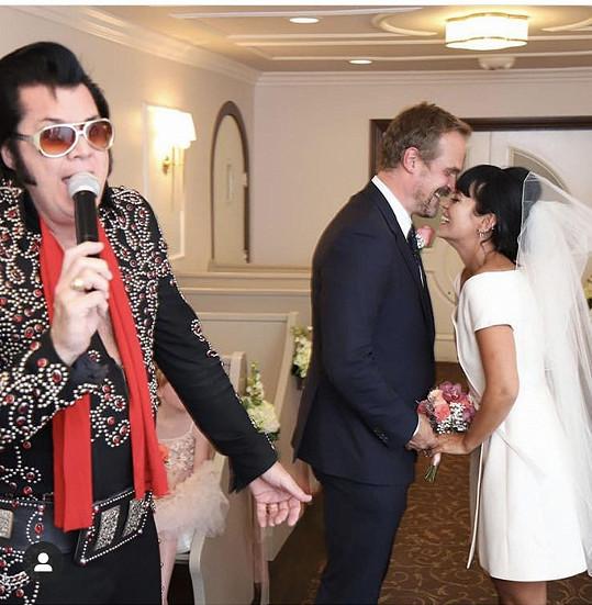 Lily Allen a David Harbour si rozhodně na nic nehráli. Zpěvačka se provdala za známého herce v Las Vegas, oddával je Elvis a hostinu uspořádali ve fastfoodu u silnice. Jde o zpěvaččino druhé manželství, z prvního má dvě dcery.