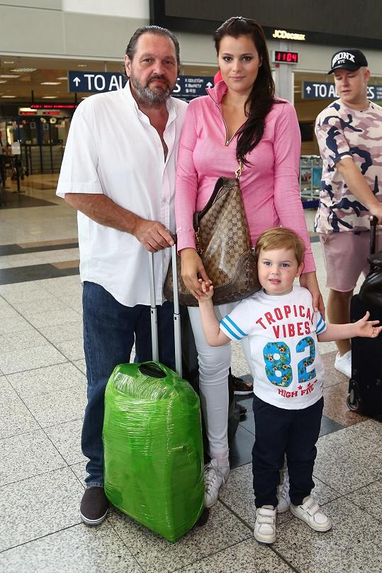Ornellu na letiště vyprovodili manžel se synkem.