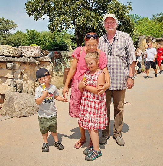 Herec se svou manželkou a dětmi Lojzíkem a Toničkou