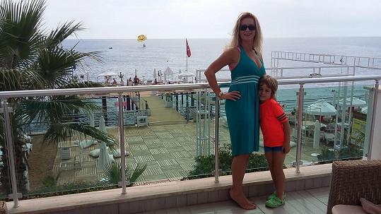 Markéta se synem Nicolasem, který je po transplantaci kůže.