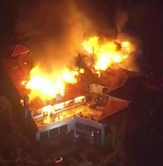 Dům Camille Grammer kompletně pohltily plameny.