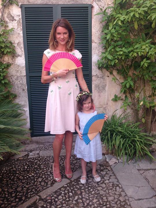 Gabriela Peacock s dcerou Maiou, která šla na svatbě za družičku.