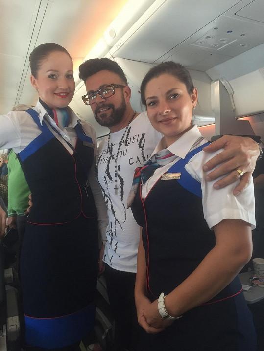 Tyhle uniformy letušek v nejznámějších českých charterových aerolinkách navrhl Osmany.