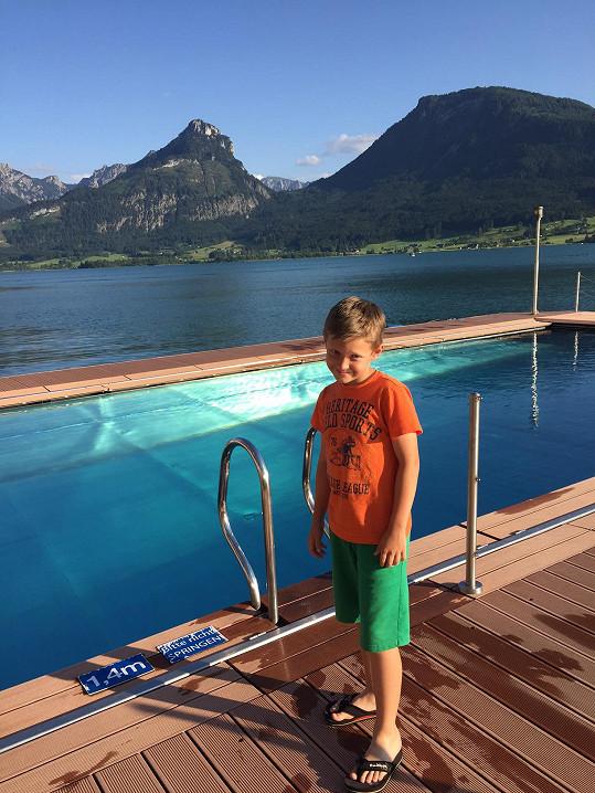 Bazén byl umístěn na pontonu přímo u vody s výhledem na jezero...