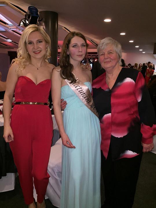 Karolína s babičkou a sestrou