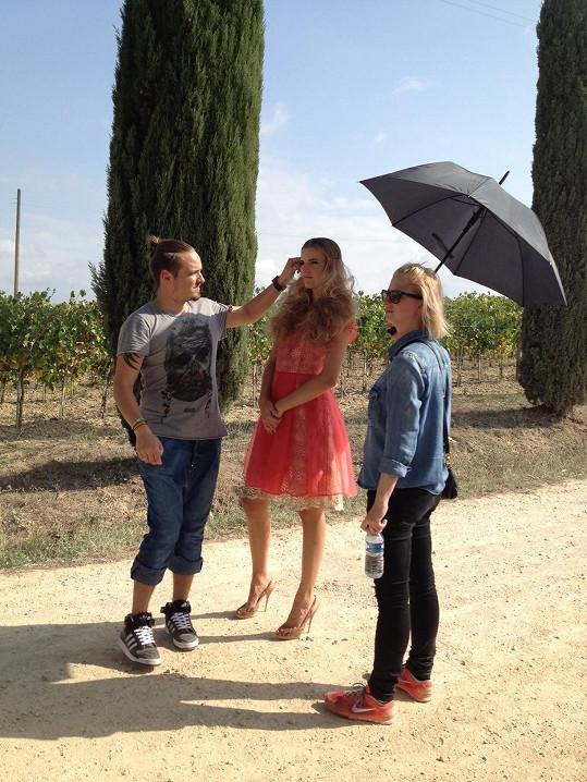 Počasí opravdu vyšlo. Modelku dokonce museli chránit deštníkem.