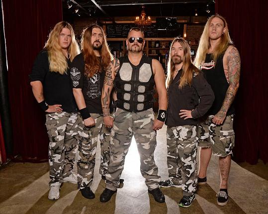 Joakim Brodén (uprostřed) a jeho kapela Sabaton