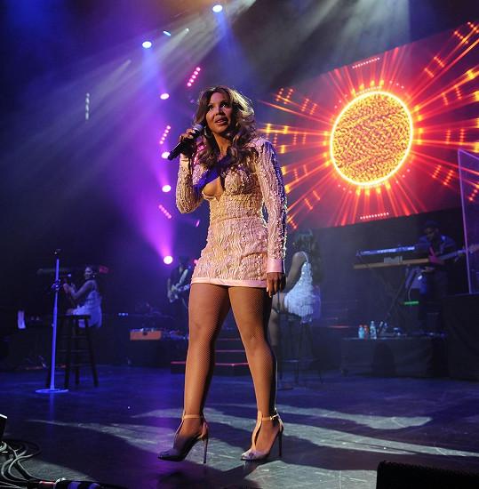 Toni Braxton ukázala na koncertě nohy.