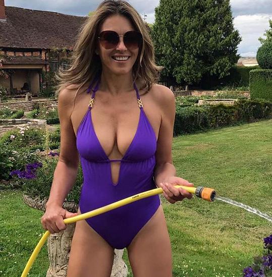 Elizabeth Hurley je sexy i se zahradní hadicí.