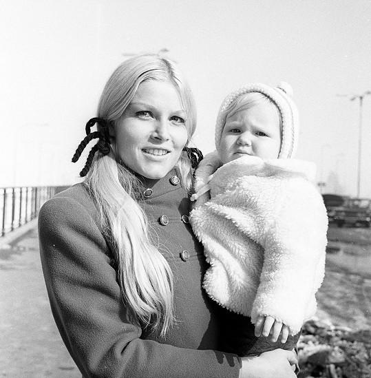 Olga Schoberová se svou malou dcerou Sabrinou na fotce z března 1970