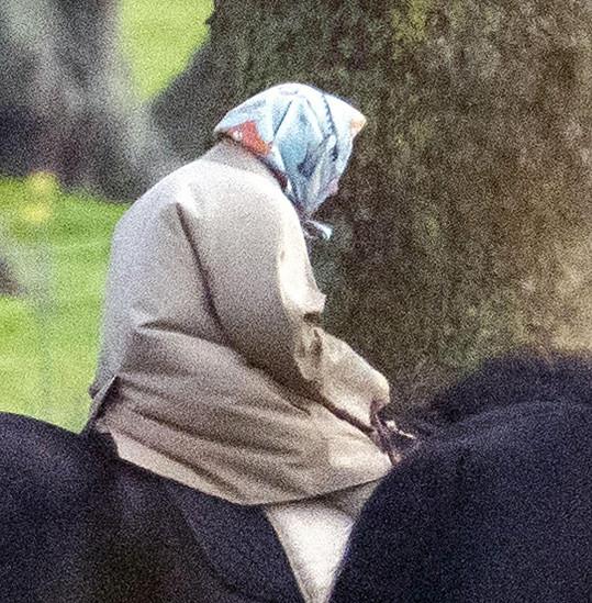 S jezdeckou helmou královnu neuvidíte. Nosí šátek, údajně kvůli zachování účesu.