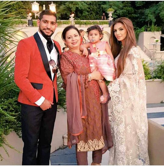 Britský boxer s Faryl, jejich dcerou Lamaisah a tchyní