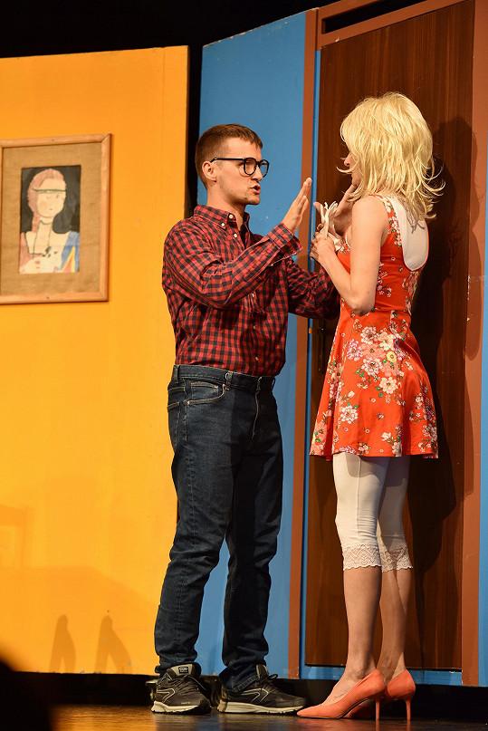 Hrají dva neúspěšné herce snažící se zachránit představení, pověst i svůj milostný vztah.