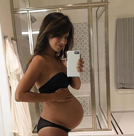 Hilaria Baldwin se těší na třetí miminko.