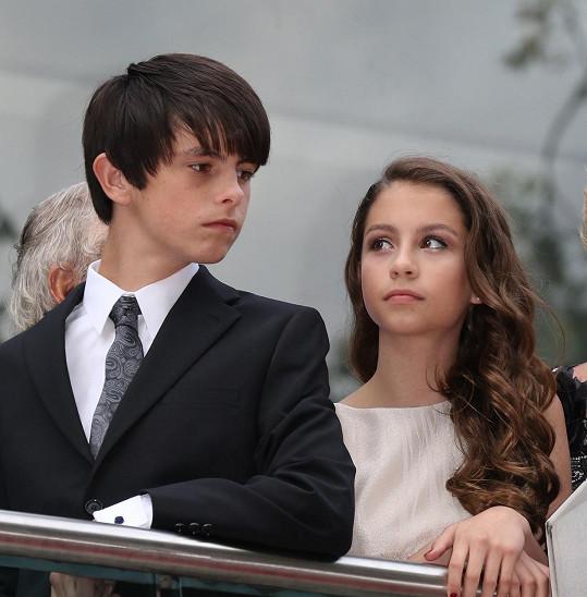 Carys Zeta Douglas s bratrem Dylanem v Londýně