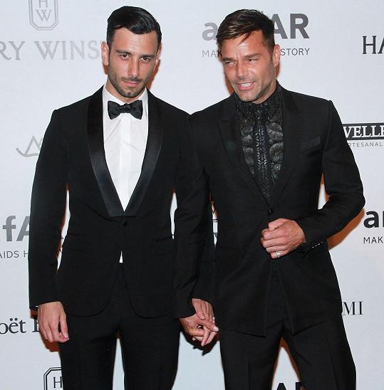 Ricky a Yosef se drželi za ruce.
