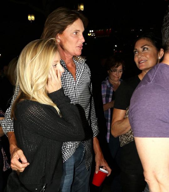 Bruce Jenner zašel na koncert se svým synem a jeho manželkou (blondýnka na snímku), ale také s neznámou brunetkou.