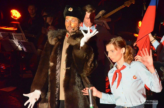 Radim na loňském koncertě jako Stalin s pionýrkami