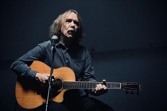 Zazpíval a na kytaru zahrál Jaromír Nohavica.