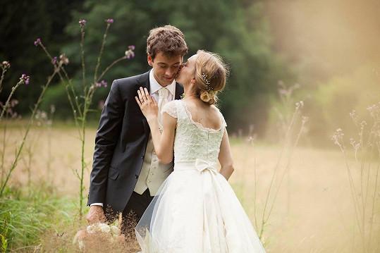 Manželé Máchovi dnes vyrážejí na svatební cestu do Thajska.