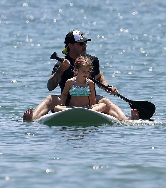 Dean McDermott ukázal dětem paddleboarding.