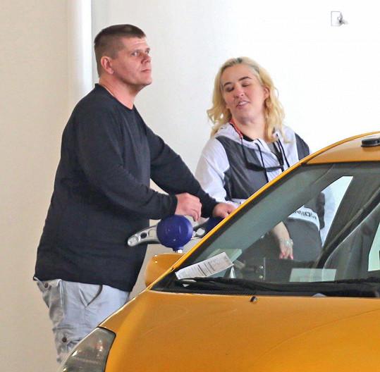 June byla zatčena i s partnerem Genem Doakem.
