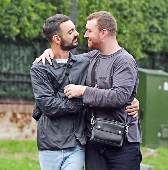 Sam Smith (vpravo) září po boku nového partnerem Francoise Rocciho.