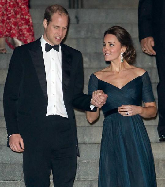 William svou okouzlující manželku přidržoval při chůzi ze schodů.