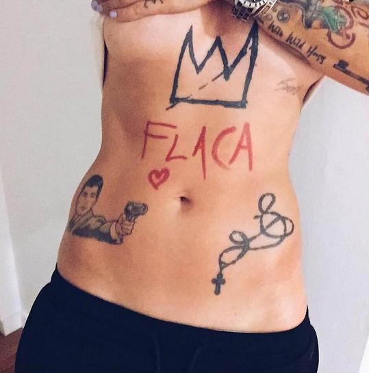 Takhle vypadá její břicho.