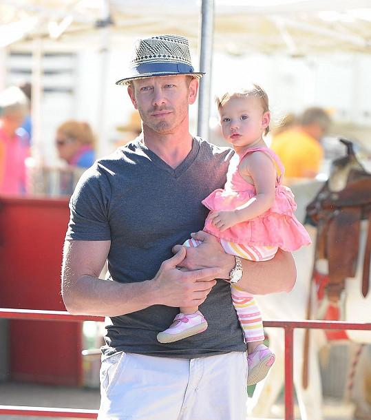 Seriálový Steve s roční dcerkou Pennou