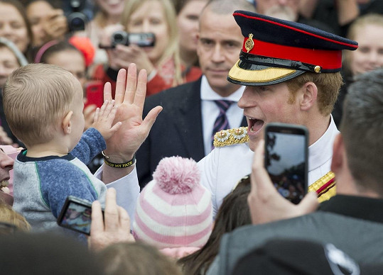 V australské metropoli na Harryho čekaly stovky příznivců včetně těch nejmenších.