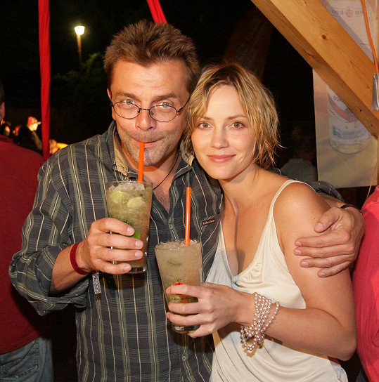 Roman Štolpa na archivním snímku s Markétou Plánkovou, s níž si zahrál v seriálu Rodinná pouta. Mají spolu dceru.