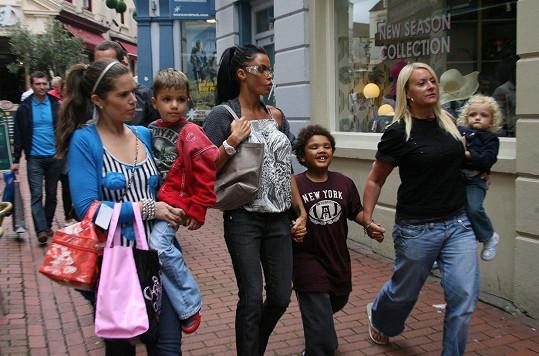 Katie s kamarádkami a syny Harveyem a Juniorem a dcerou Princess Tiaamii