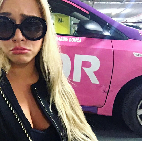 Dominika stihla už nabourat své růžové autíčko.