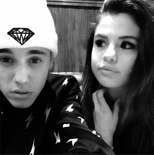 Selenu to stále táhne k Justinovi.