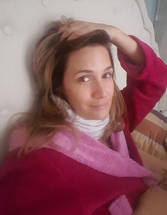 Klára Doležalová leží doma s virózou.