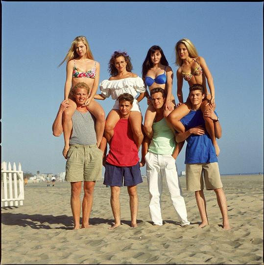 V této sestavě už se parta z Beverly Hills 90210 bohužel nikdy nesejde. Zleva dole Ian Ziering, Jason Priestley, Luke Perry a Brian Austin Green. Zleva nahoře Jennie Garth, Gabrielle Carteris, Shannen Doherty a Tori Spelling.