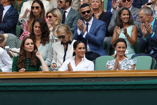 S vévodkyněmi zasedla také sestra Kate Pippa Middleton. V řadě za nimi sedí Martina Navrátilová s manželkou Juliou.
