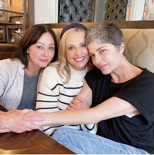 Volný čas tráví Shannen s rodinou a přáteli, na snímku s herečkami Sarah Michelle Gellar a Selmou Blair.