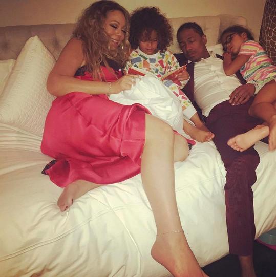 21.4.2017: Zpěvačka Mariah Carey s bývalým manželem, hercem a producentem Nickem Cannonem, a jejich děti
