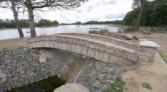 Tento kamenný most Jakub postavil jen s pomocí přátel.