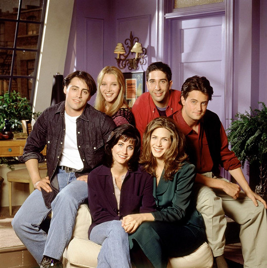 Seriál Přátelé se stal celosvětovým fenoménem. Na snímku zleva nahoře Matt LeBlanc, Lisa Kudrow, David Schwimmer a Matthew Perry, dole Courteney Cox a Jennifer Aniston.
