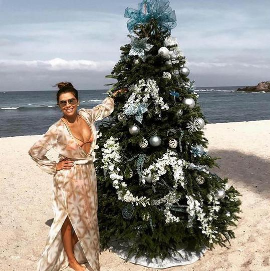Eva slavila Vánoce na pláži.