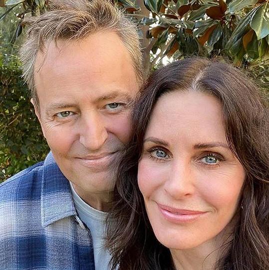 Chandler a Monica. V Přátelích se oženil s Courteney Cox.