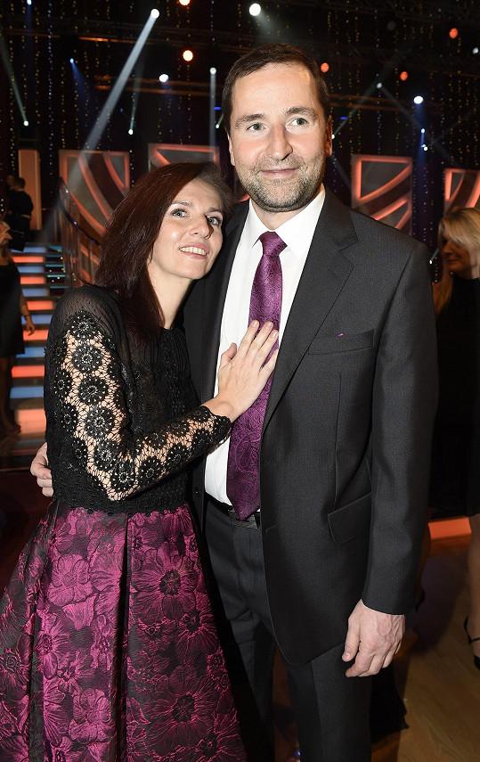 Moderátor se svou partnerkou Norou Fridrichovou