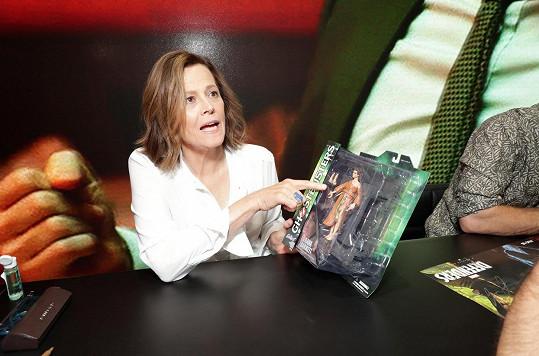 V místním hotelu Hard Rock pak pomohla zpropagovat marvelovskou novinku The Defenders...