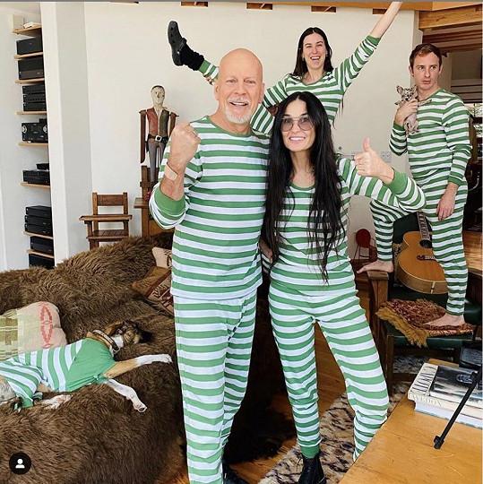 Willis si zjevně oblíbil pyžama, takhle to vypadalo, když se před osmi měsíci izoloval s Demi a dospělými dcerami.