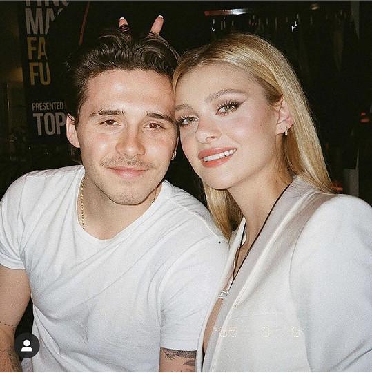 V USA je s přítelkyní Nicolou Peltz.